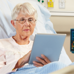 Fibracat dona tarjetas SIM para conectar pacientes aislados de los hospitales con las familias