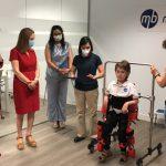 Ana Pastor asiste a una demostración de los exoesqueletos terapéuticos de Marsi-Bionics